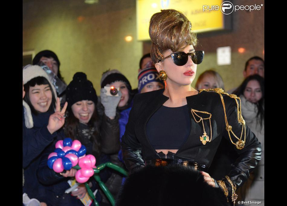 Lady Gaga arrive à l'aéroport Pulkovo à Saint-Petersbourg et signe des autographes pour ses fans. Le 8 décembre 2012.