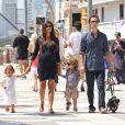 Matthew McConaughey et son épouse Camila, enceinte de leur troisième enfant, en août 2012 à New York avec leurs enfants Vida et Levi.