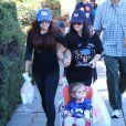 Ariel Winter et sa soeur Shanelle Workman font leurs courses au marché de West Hollywood, le 11 Novembre 2012.