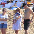 Reese Witherspoon passe le début d'année au soleil à Hawaï avec son mari Jim Toth, leur bébé Tennessee, et les enfants de l'actrice Deacon et Ava. Le 2 janvier 2013. Elle tient fièrement son bébé.