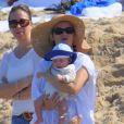 Reese Witherspoon passe le début d'année au soleil à Hawaï avec son mari Jim Toth, leur bébé Tennessee, et les enfants de l'actrice Deacon et Ava. Le 2 janvier 2013. Ici on peut la voir avec le petit dernier.