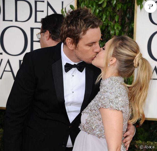 Dax Shepard et Kristen Bell se sont embrassés sur le tapis rouge de la 70e cérémonie des Golden Globes. A Los Angeles le 13 janvier 2013.