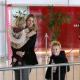 Christine Baumgartner et ses enfants, Grace Avery et un Cayden amusé arrivent à l'aéroport Roissy-Charles-de-Gaulle près de Paris, le 15 janvier 2013.