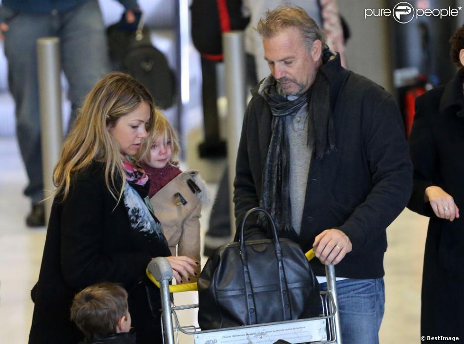 Kevin Costner débarque à Paris avec sa femme Christine Baumgartner et leurs enfants Grace Avery, Hayes et Cayden, à l'aeroport Charles-de-Gaulle, le 15 janvier 2013.