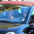 Mila Kunis au volant de sa Fiat 500 au côté d'Ashton Kutcher à West Hollywood, Los Angeles, le 19 janvier 2013.
