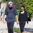 Ashton Kutcher et Mila Kunis se baladent en amoureux à West Hollywood, Los Angeles, le 19 janvier 2013.