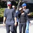 Ashton Kutcher et Mila Kunis se baladent en toute simplicité dans le quartier de West Hollywood, Los Angeles, le 19 janvier 2013.