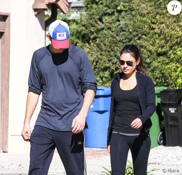 De retour de vacances, Ashton Kutcher et Mila Kunis s'offrent une petite marche dans la simplicité à West Hollywood, le 19 janvier 2013.