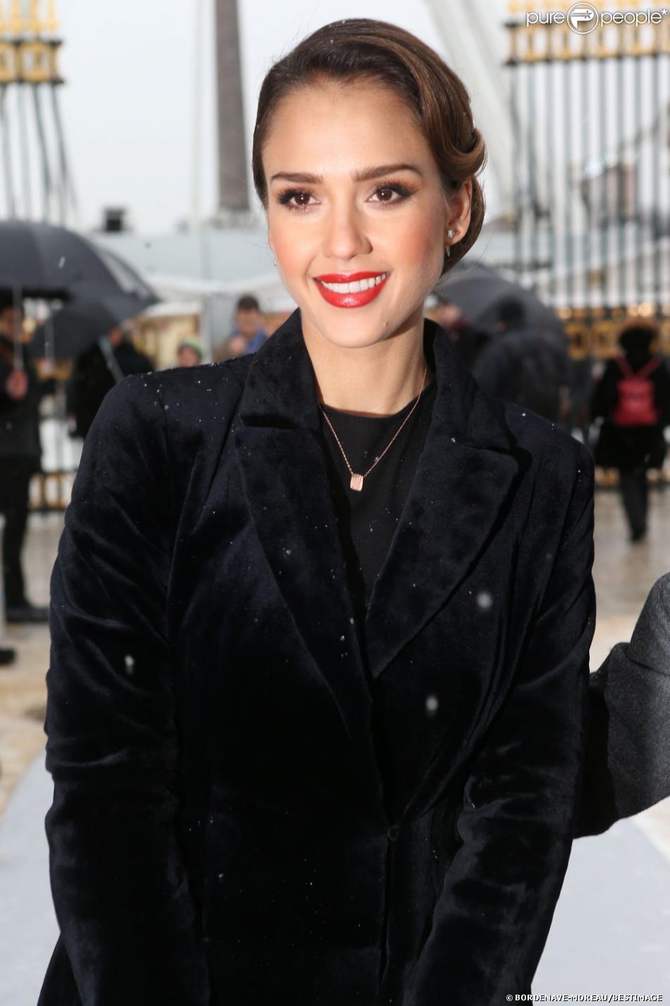 Jessica Alba arrive au défilé Dior Haute Couture à Paris le 21 janvier 2013