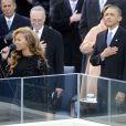 Beyoncé chante The Star Spangled Banner sous les yeux de Barack Obama dont elle recevra les chaleureuses félicitations et un baiser, le 21 janvier 2013 à Washington