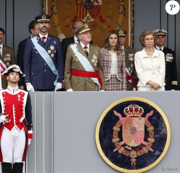 Letizia, Felipe, Juan Carlos et Sofia d'Espagne lors de la Fête nationale le 12 octobre 2012. En janvier 2013, la Maison royale a annoncé une diminution de 4% de son budget pour 2013, qui s'établit à 7,8 millions d'euros.