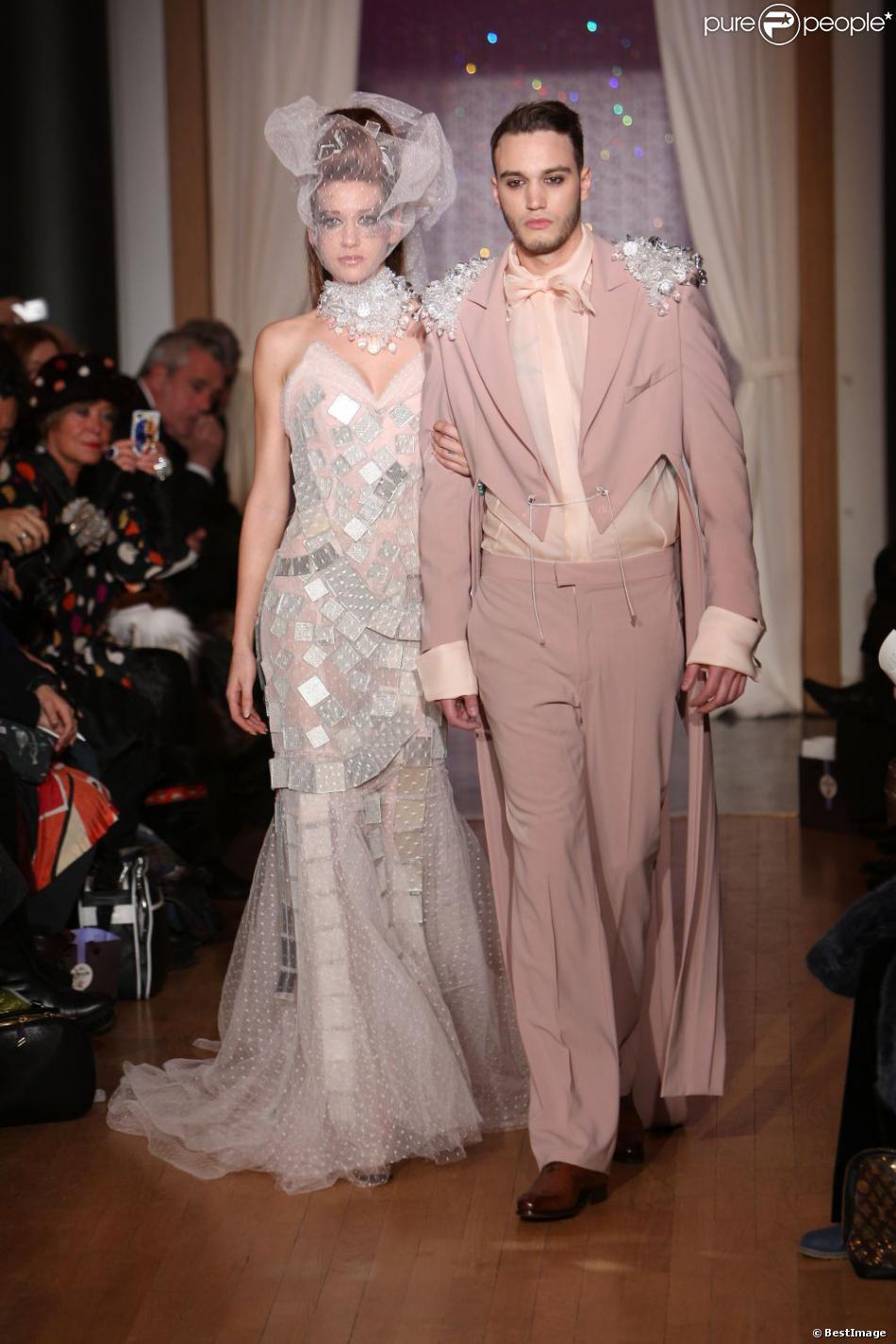 Le beau Julien de Secret Story 6 défile pour la collection Haute Couture printemps-été du couturier Eric Tibusch à l'hôtel d'Evreux in Paris, le 21 janvier 2013