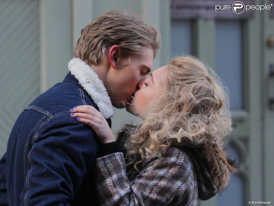 AnnaSophia Robb et Austin Butler sur le tournage de la serie The Carrie Diaries à New York, le 22 janvier 2013.