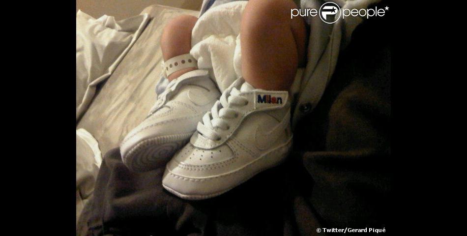 Gerard Piqué a publié un cliché des pieds, déja chaussés de baskets, du petit Milan, sur Twitter, le 23 janvier 2013.