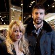 Gerard Piqué et sa belle Shakira assistent à la présentation du livre du père du sportif, à Barcelone, le 17 novembre 2011.