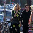 Holly Madison, enceinte, avec son compagnon dans les rues de Los Angeles le 27 octobre 2012.
