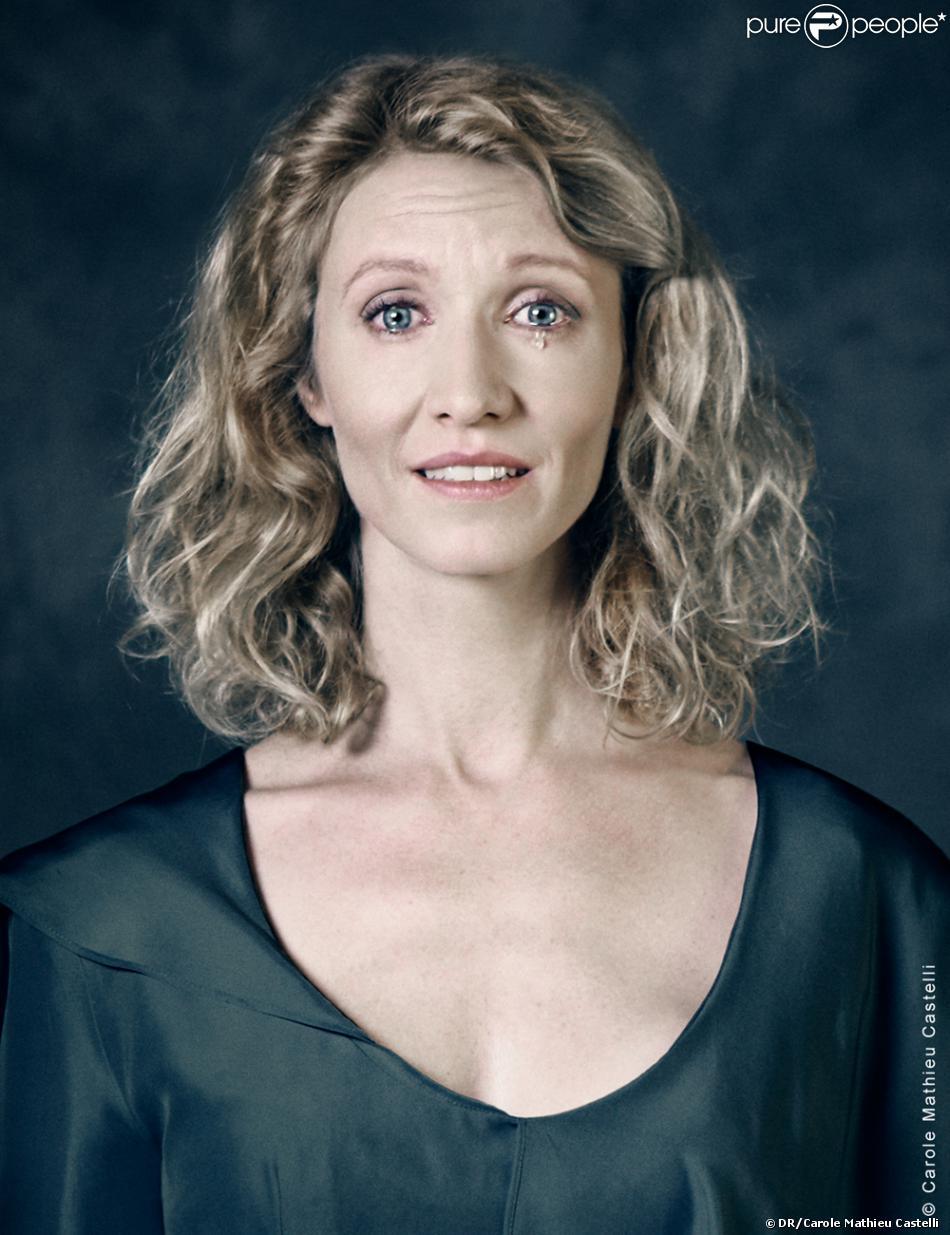 Alexandra Lamy pose pour les besoins de l'exposition À travers elles, de la photographe Carole Mathieu Castelli. L'exposition sera présentée à la FNAC des Ternes à Paris, le 1er mars 2013.