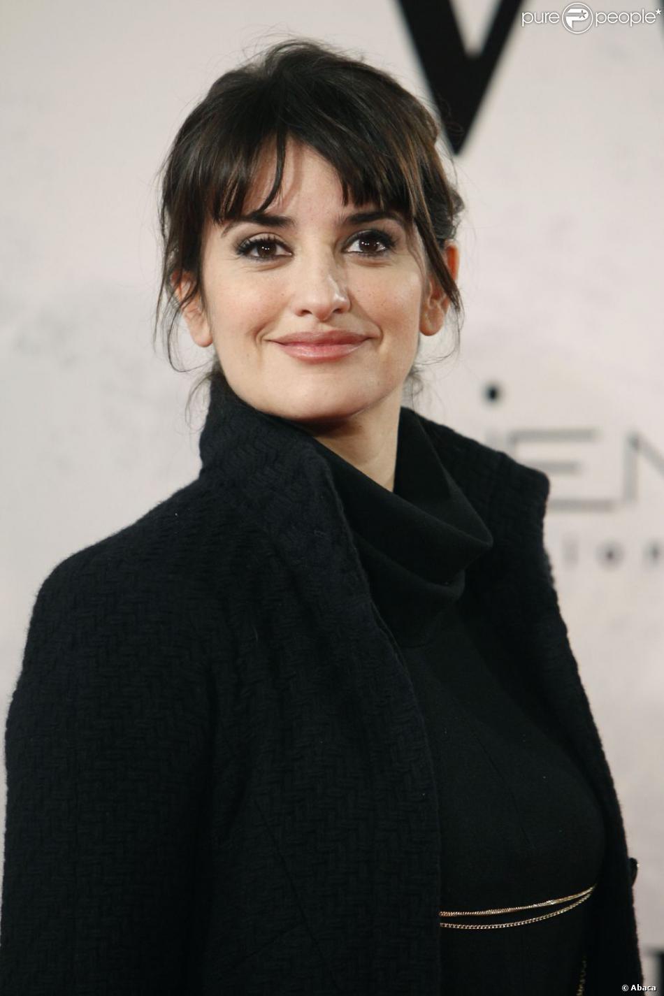 Penelope Cruz portait un manteau Chanel lors de la première du film  Venir au monde  à Madrid le 10 janvier 2013.