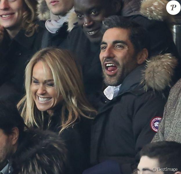 Cécile de Ménibus et Ary Abittan complices lors du match entre le Paris Saint-Germain et Toulouse le 23 janvier 2013 à Paris