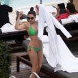Kelly Brook se détend au bord de la piscine de l'hôtel The Setai où elle a momentanément posé ses valises. Miami, le 1er février 2013.