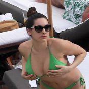 Kelly Brook : Célibataire et sexy en bikini pour un bain de soleil