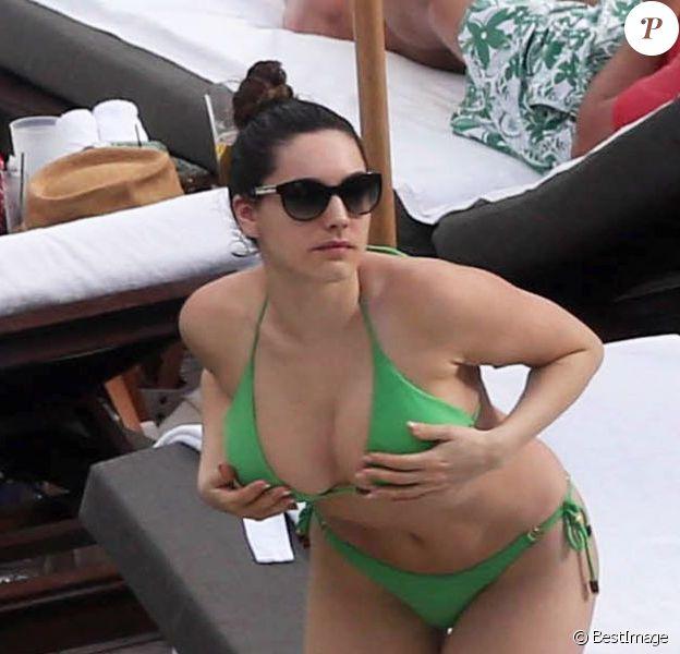 Kelly Brook, divine dans son bikini vert, se détend au bord de la piscine de l'hôtel The Setai où elle a momentanément posé ses valises. Miami, le 1er février 2013.