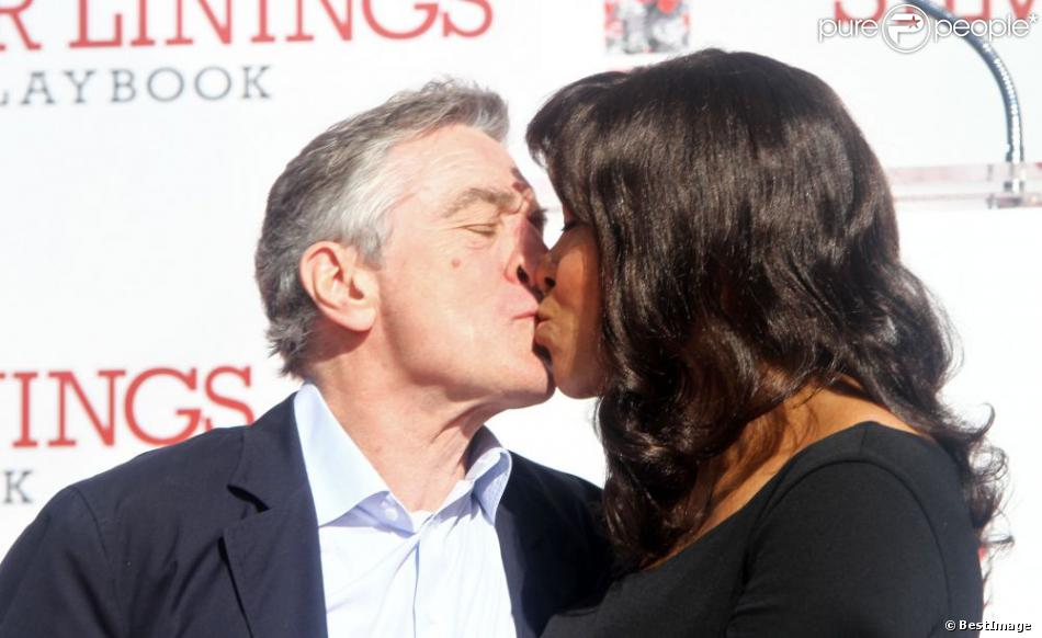 Tendre baiser entre Robert De Niro et sa femme Grace Hightower alors que l'acteur vient de laisser ses empreintes au Chinese Theater a Hollywood, le 4 février 2013.