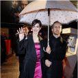Anne Hathaway et son mari Adam Shulman lors de l'avant-première du film Les Misérables à Paris sur les Champs-Elysées le 6 février 2013