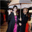 Anne Hathaway et son mari Adam Shulman sous la pluie lors de l'avant-première du film Les Misérables à Paris sur les Champs-Elysées le 6 février 2013