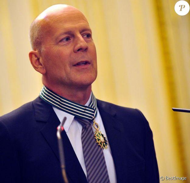 Bruce Willis reçoit les insignes de commandeur de l'ordre des Arts et des Lettres des mains d'Aurélie Filippetti, ministre de la Culture et de la Communication, à Paris, le 11 février 2013.
