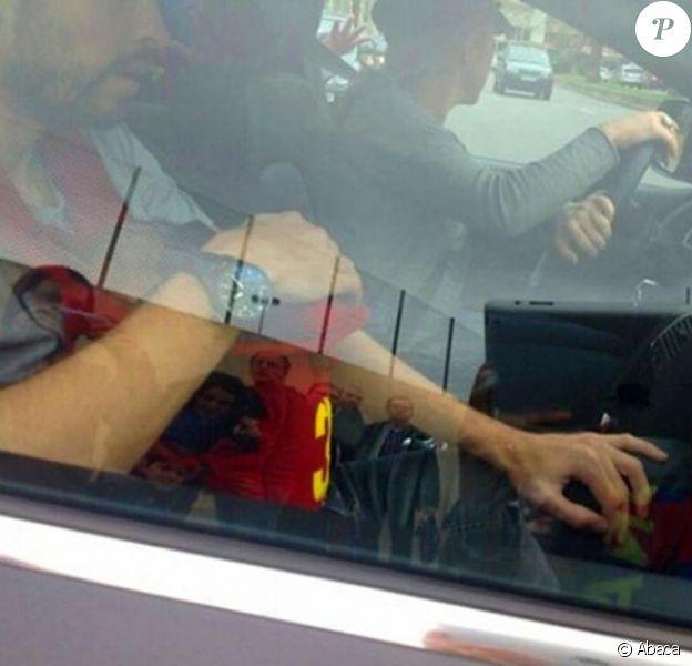 Shakira au volant, Gerard Piqué porte son fils Milan dans son porte-bébé kangourou, assis à la place du mort, sans ceinture de sécurité, le 10 février 2013 à la sortie du Camp Nou à Barcelone