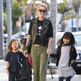 Laeticia Hallyday resplendissante avec les deux amours de sa vie Jade et Joy.   Johnny Hallyday, sa femme Laeticia, et leurs filles Jade et Joy se promènent à Pacific Palisades, le 15 fevrier 2013, à Los Angeles. Le couple semble plus heureux que jamais en ce lendemain de Saint-Valentin !