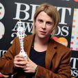 Tom Odell avec son trophée Choix des critiques aux Brit Awards le 20 février 2013 à Londres.