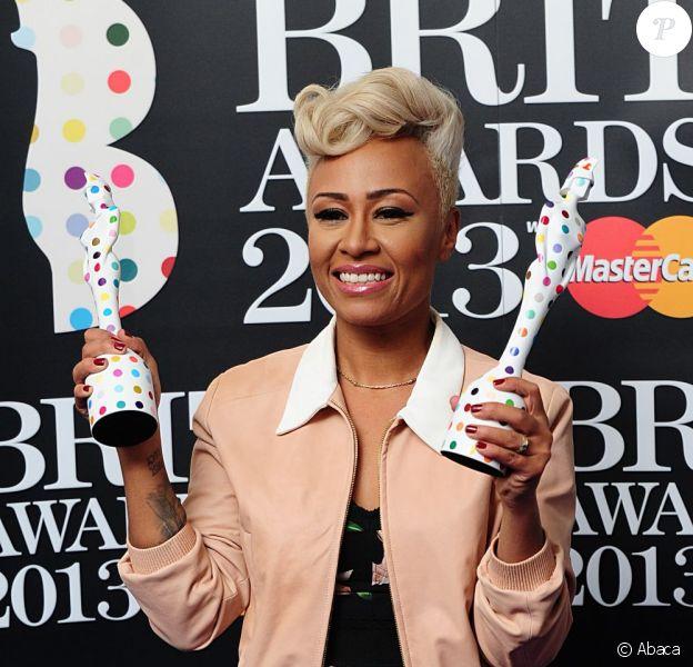 Emeli Sande avec ses trophées de Meilleure artiste féminine britannique et Meilleur album aux Brit Awards le 20 février 2013 à Londres.