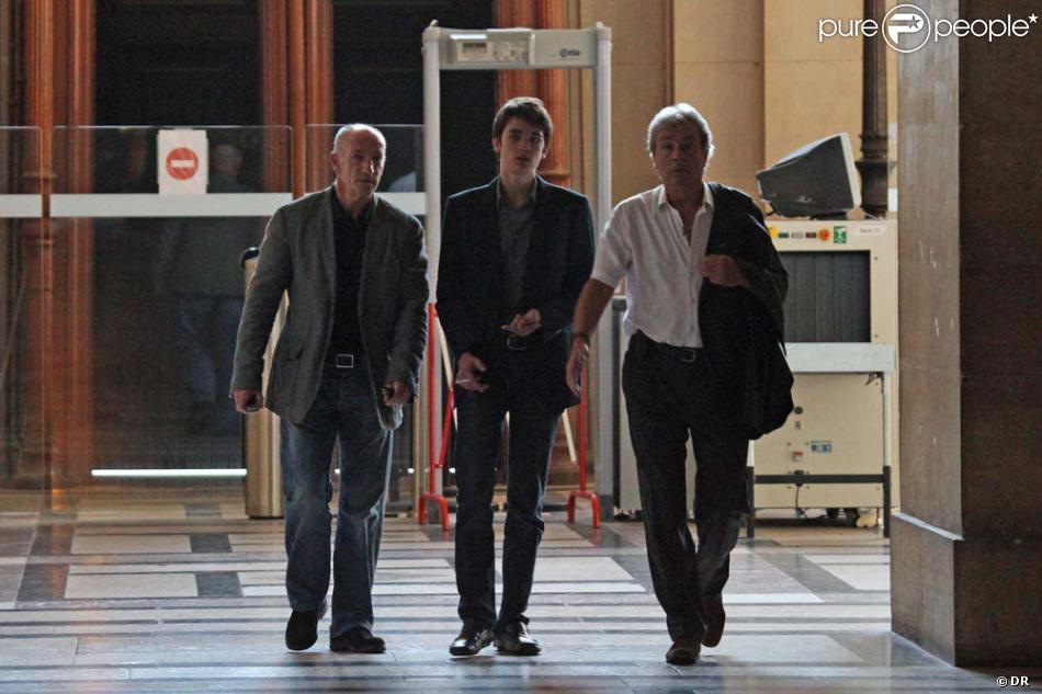 Alain Delon sort du bureau de la juge des affaires familiales en compagnie de son fils Alain-Fabien, dont il a obtenu la garde. Septembre 2010. Photos exclusives.