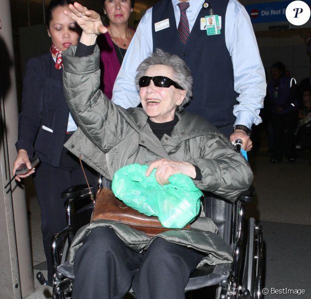 Emmmanuelle Riva, au lendemain de son César de la meilleure actrice pour Amour, débarque à l'aéroport LAX de Los Angeles le 23 février 2013, à la veille des Oscars.