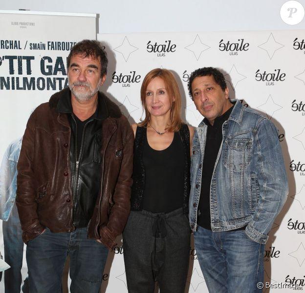Olivier Marchal épaulé par sa femme au côté de Smaïn pendant l'avant-première du film Un p'tit gars de Menilmontant à Paris le 26 février 2013.