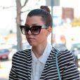 Kourtney Kardashian porte un ensemble rayé BCBGMaxAzria, une chemise Cameo, des souliers Tom Ford, des lunettes Dita et un sac Céline. Los Angeles, le 27 février 2013.