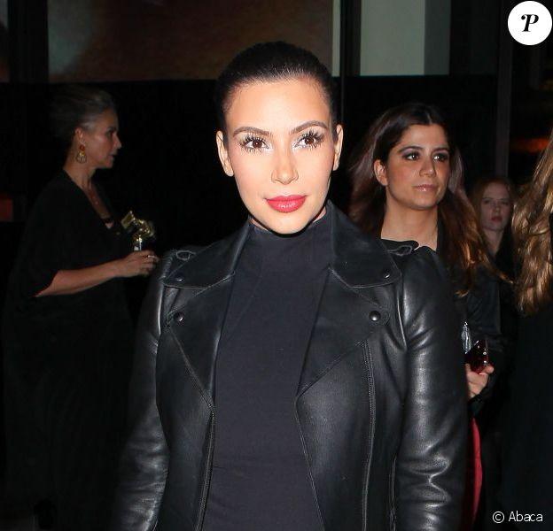 Kim Kardashian porte une veste Valentino, une robe noire et des souliers Saint Laurent lors du vernissage de Mario Testino à la Prism Gallery. Los Angeles, le 23 février 2013.