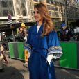 Jessica Alba se laisse prendre au jeu du streetstyle lors du défilé Kenzo automne-hiver 2013 à la Samaritaine. Paris, le 3 mars 2013.
