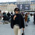 Inès de la Fressange arrive place Vendôme pour assister au défilé Giambattista Valli. Paris, le 4 mars 2013.