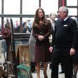 La belle duchesse de Cambridge, Kate Middleton, enceinte et détendue se rend au Fishing Heritage Centre à Grimsby le 5 mars 2013.