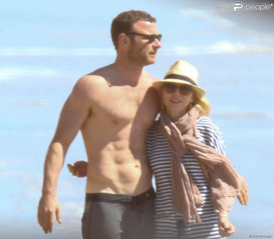 Naomi Watts et son mari Liev Schreiber sont allés explorer le dessous des rochers sur une plage à Malibu. Le 9 mars 2013.