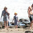 Naomi Watts, ses fils Alexander et Samuel, et son mari Liev Schreiber sont allés explorer le dessous des rochers sur une plage à Malibu. Le 9 mars 2013.