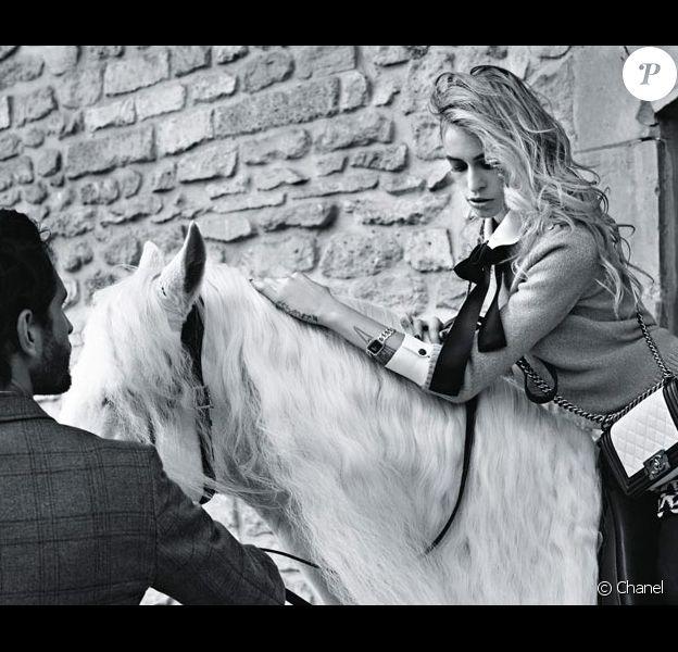 Campagne Boy de Chanel avec Alice Dellal. Photographiée par Karl Lagerfeld.