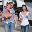 Ian Ziering fait ses courses avec sa femme Erin Ludwig et leur fille Mia au marché de West Hollywood le 7 octobre 2012.