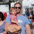 Ian Ziering fait ses courses avec sa femme Erin Ludwig et leur fille Mia à Los Angeles, le 7 octobre 2012.