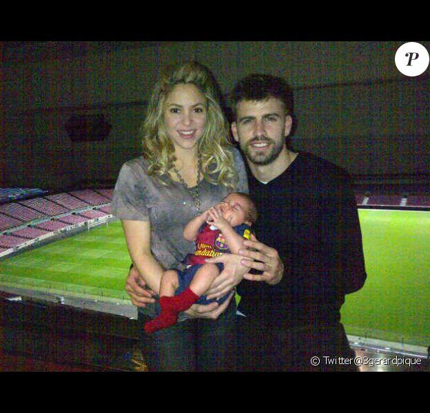 Shakira, Gerard Piqué et leur petit Milan le 12 mars 2013 à Barcelone après la victoire du FC Barcelone sur le Milan AC (4-0) en huitième de finale de la ligue des champions