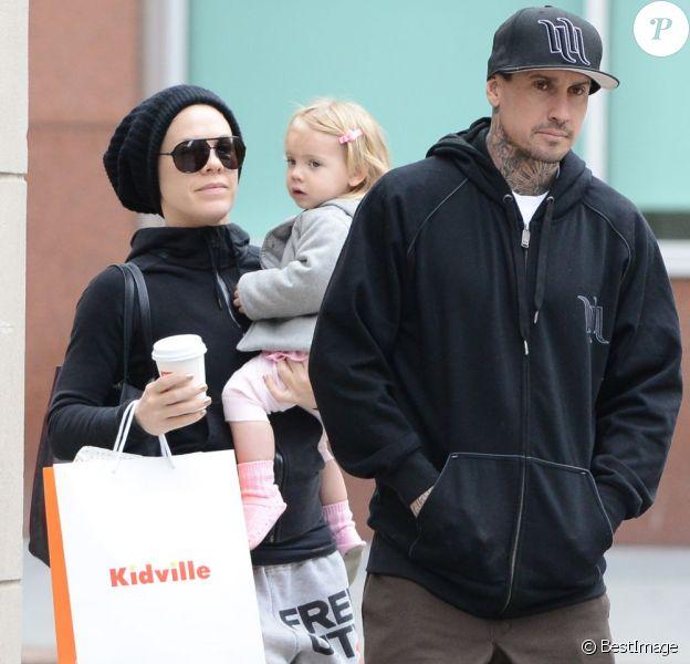 Pink et son mari Carey Hart et leur fille Willow se promènent à New York le 21 mars 2013.