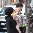 Pink dans les rues de New York avec son mari Carey Hart et leur fille Willow, le 21 mars 2013.
